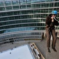 Funi, casco e imbragatura: come arrampicarsi su Palazzo Lombardia