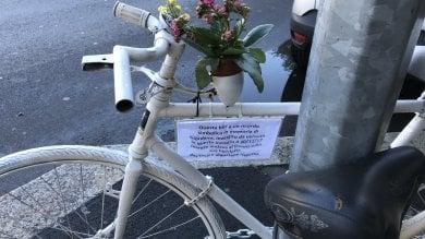 Foto  Una bici bianca per ricordare il ciclista investito: l'omaggio in piazza dei suoi amici