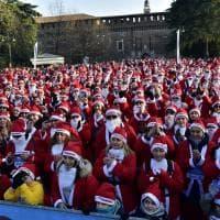 La carica dei Babbo Natale: la passeggiata col costume rosso che attraversa parco Sempione a Milano