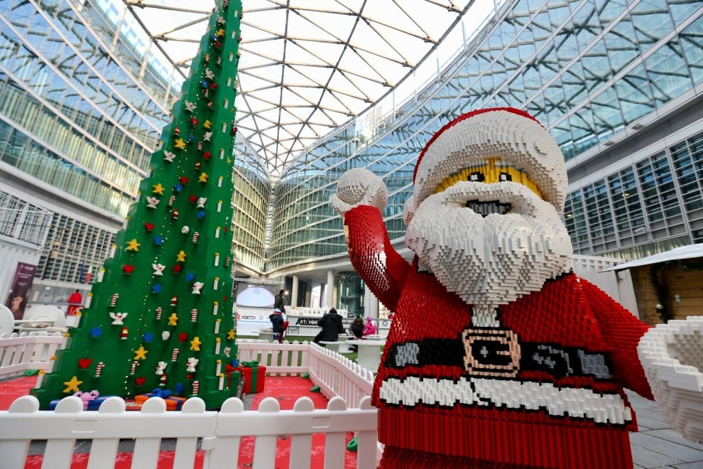 Natale, a Palazzo Lombardia un albero di mattoncini Lego alto 9 metri