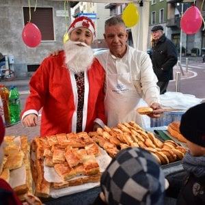 Milano, per ricambiare l'affetto dei suoi clienti bambini il panettiere organizza una festa di Natale