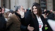 Laura Pausini, concerto e selfie con i fan in piazza Duomo a Milano