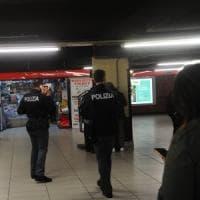 Milano, ladro le ruba il portafogli in metropolitana, lei lo insegue e lo