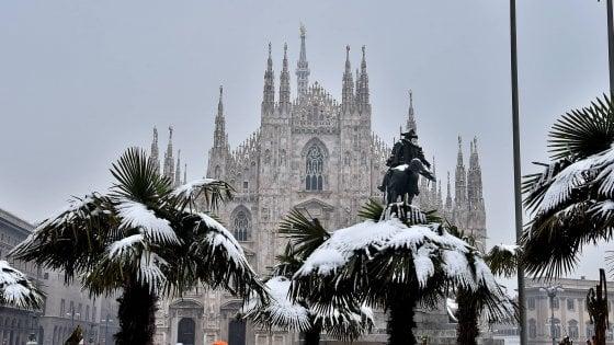 Neve, a Milano si aspettano i primi fiocchi. Allerta gelo: senzatetto morto appena arrivato in ospedale