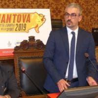 Mantova, sindaco accusato di molestie sessuali da una maestra: denunciata