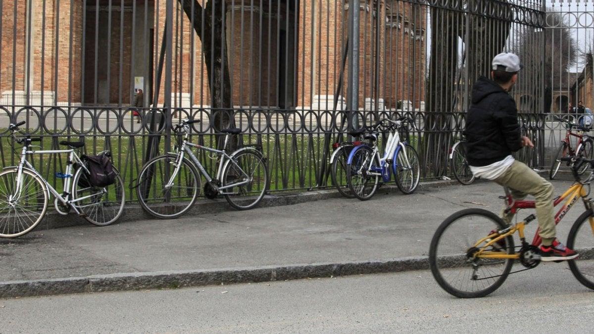 """Desenzano del Garda, biciclette vietate nelle piazze del centro: """"Ciclisti maleducati, motivi di sicurezza"""""""