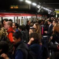 Milano, rubano 5mila euro a turista in metrò: prese due borseggiatrici, bottino passato alle complici