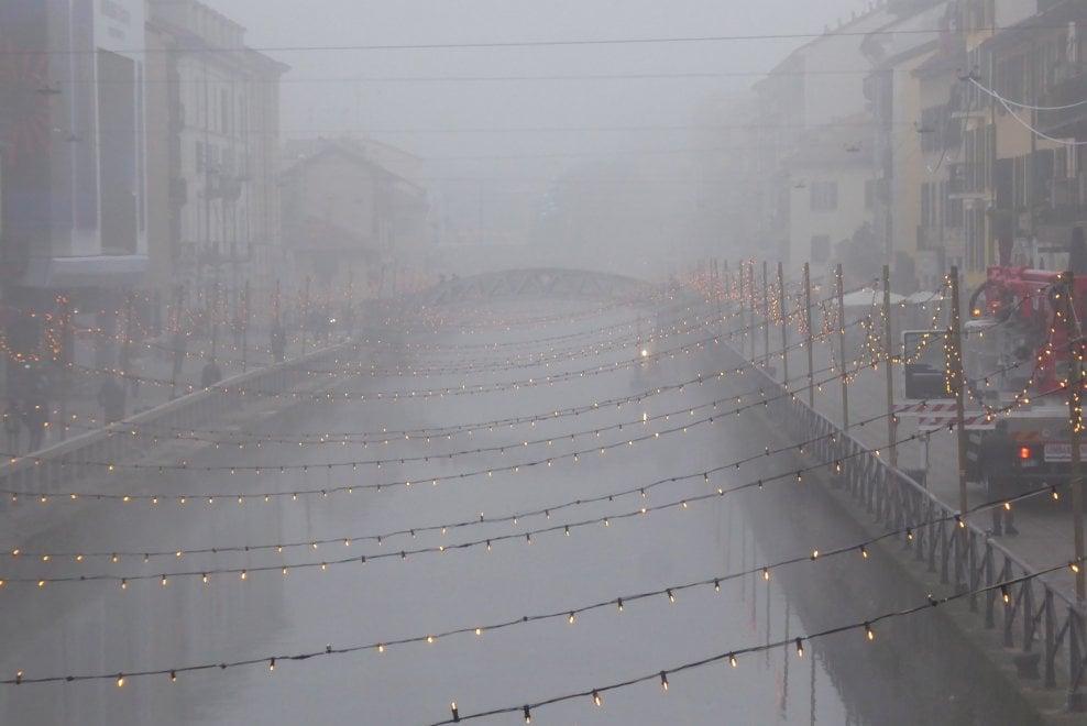 """Milano, i Navigli avvolti dalla nebbia: il fascino della """"scighera"""" tra poesia e nostalgia"""