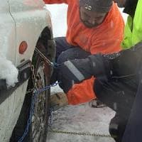 Travolta dalla macchina mentre monta le catene da neve: grave donna nel Bresciano