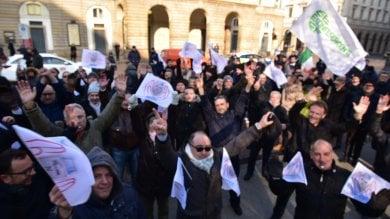 """La protesta degli Ncc davanti al Comune:    """"A rischio 200mila posti di lavoro""""  ·   Foto"""