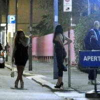 Perde il portafogli al distributore, prostituta lo porta ai carabinieri