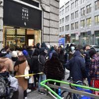 Milano, la coda davanti al negozio Nike: disposti a tutto per il nuovo modello