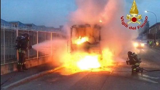Risultati immagini per Segrate, spazzatrice Amsa prende fuoco