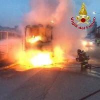 Segrate, spazzatrice Amsa prende fuoco durante il servizio: i netturbini