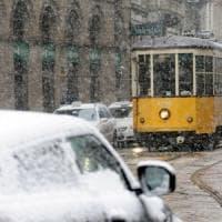 A Milano arriva la neve, attivato il piano: pronti i camion spargisale