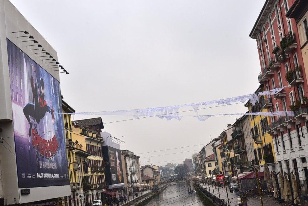 Milano: l'Uomo Ragno in Darsena, il Naviglio tappezzato di ragnatele