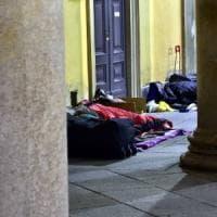 Milano, due senzatetto feriti a coltellate mentre dormivano per strada: si sospetta una rapina