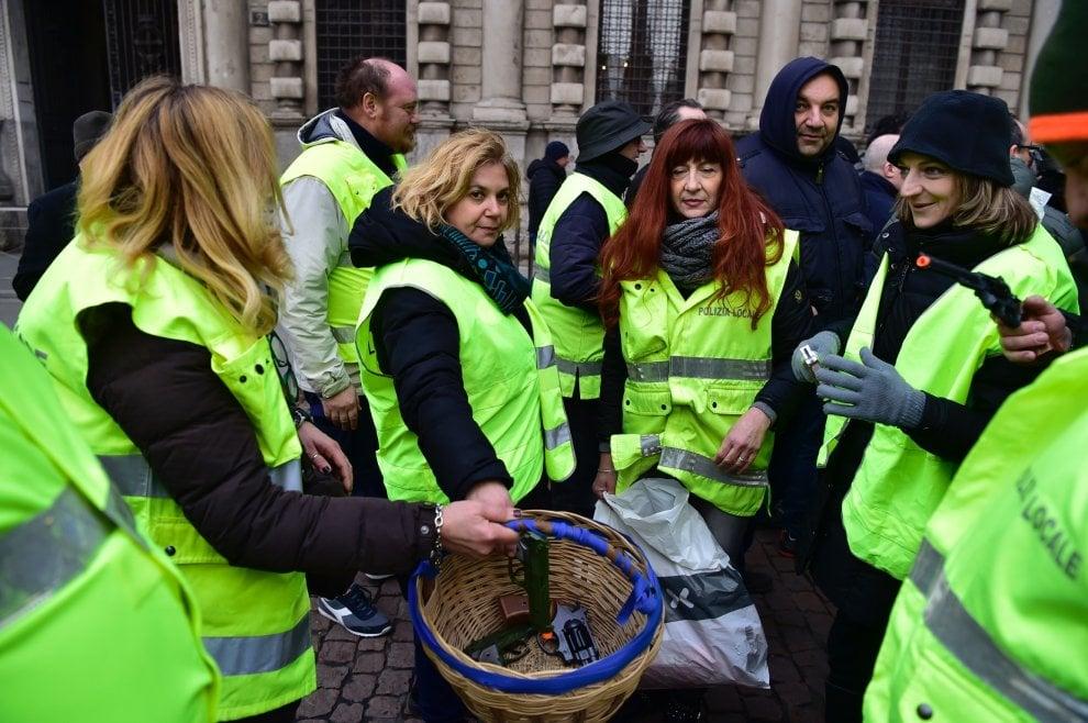 Gilet gialli per protestare contro il Comune di Milano: ma ad indossarli sono i vigili