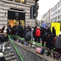 In fila tutta la notte per un paio di scarpe, 25enne denunciato a Milano per resistenza a pubblico ufficiale
