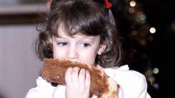 Natale, a Corsico niente pandoro ai bambini che non pagano la mensa