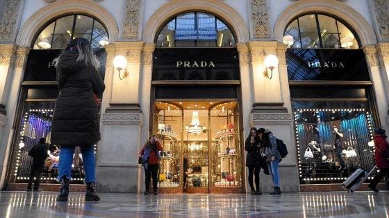 Da 500mila euro a 2,2 milioni: l'affitto record per il rinnovo di Prada in Galleria a Milano
