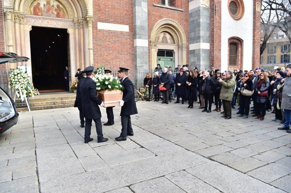 Milano, Sant'Eustorgio gremita per i funerali di Andrea Pinketts