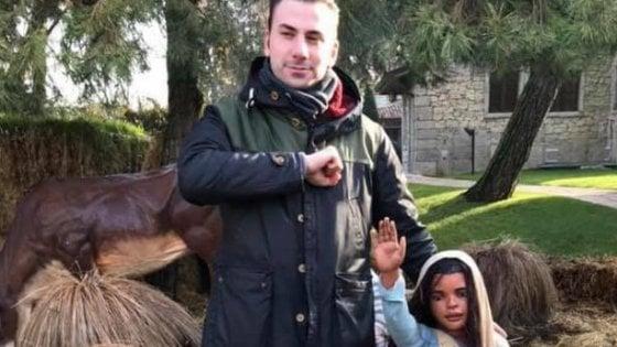 Neofascismo a Milano: consigliere di destra posta foto con una pastorella del presepe di Gardaland che fa il saluto romano