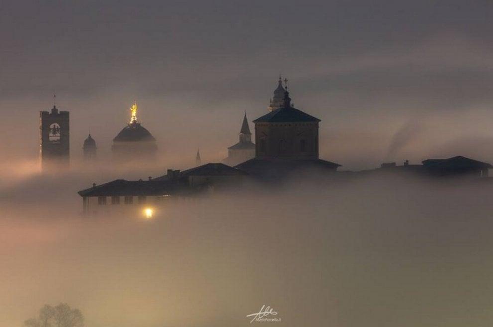 Effetto presepe per Bergamo Alta: la città scompare nella nebbia