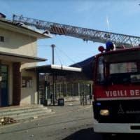 Varese, le raffiche di vento scoperchiano il tetto di una scuola: le tegole cadono in strada