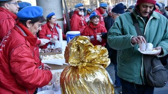 """Pranzi con i senzatetto e feste interreligiose: è il Natale della solidarietà di Milano """"città aperta"""""""