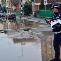Milano, si rompe tubo dell'acqua e cede l'asfalto: disagi per via Giambellino allagata