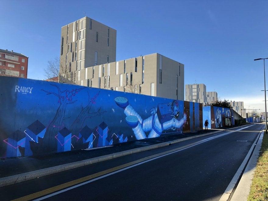 Milano, il maxi-murale di Ozmo, Zed1 e Rancy colora di azzurro via Gallarate