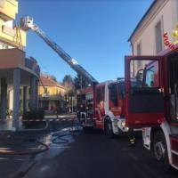 Varese, scoppia incendio in casa, mamma e figlio si rifugiano sul balcone: salvati dai pompieri