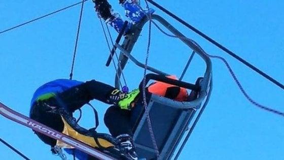 Albero cade su seggiovia, sciatori sospesi nel vuoto per un'ora: panico agli Spiazzi di Gromo in Val Seriana