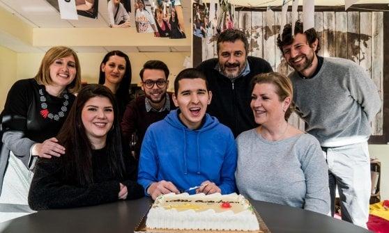 """Ragazzo autistico ritrovato a Milano dopo tre anni, l'abbraccio con mamma Regina: """"Ero sicura che Arian fosse vivo"""""""