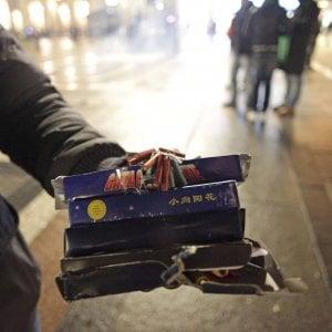 Capodanno a Milano: petardo esplode mentre cerca di accenderlo, grave 23enne