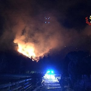Varese, brucia il Campo dei Fiori: oltre 100 ettari di bosco in fumo, Canadair in azione