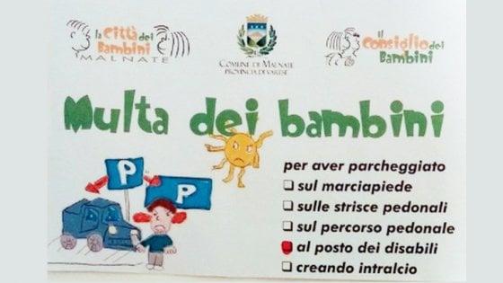 """Varese, parcheggia sul posto dei disabili: arriva la """"multa dei bambini"""""""