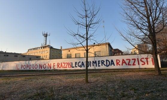 """Milano, scritte contro la Lega sui muri di via Bellerio: """"Il popolo non è razzista"""""""
