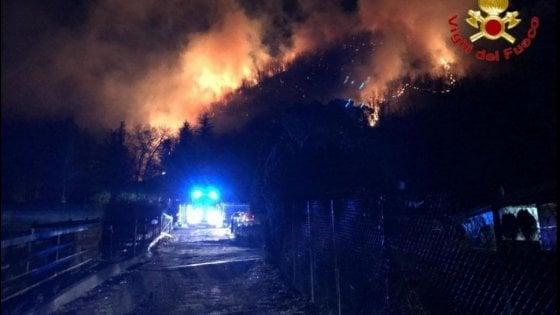 Varese: ancora fiamme al Campo dei Fiori, il vento alimenta un nuovo fronte di fuoco nel sottobosco