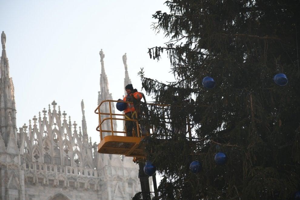 L'Epifania tutti gli alberi di Natale porta via: si smontano le decorazioni in piazza Duomo e alla Darsena di Milano