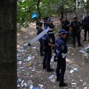 Milano, boschetto della droga: giovane accoltellato alla gola, è grave