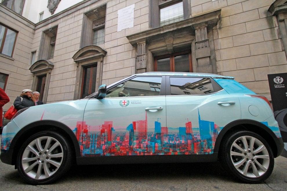 Lo skyline di Milano disegnato sulla carrozzeria dai giovani designer: la nuova 'auto blu' del Comune