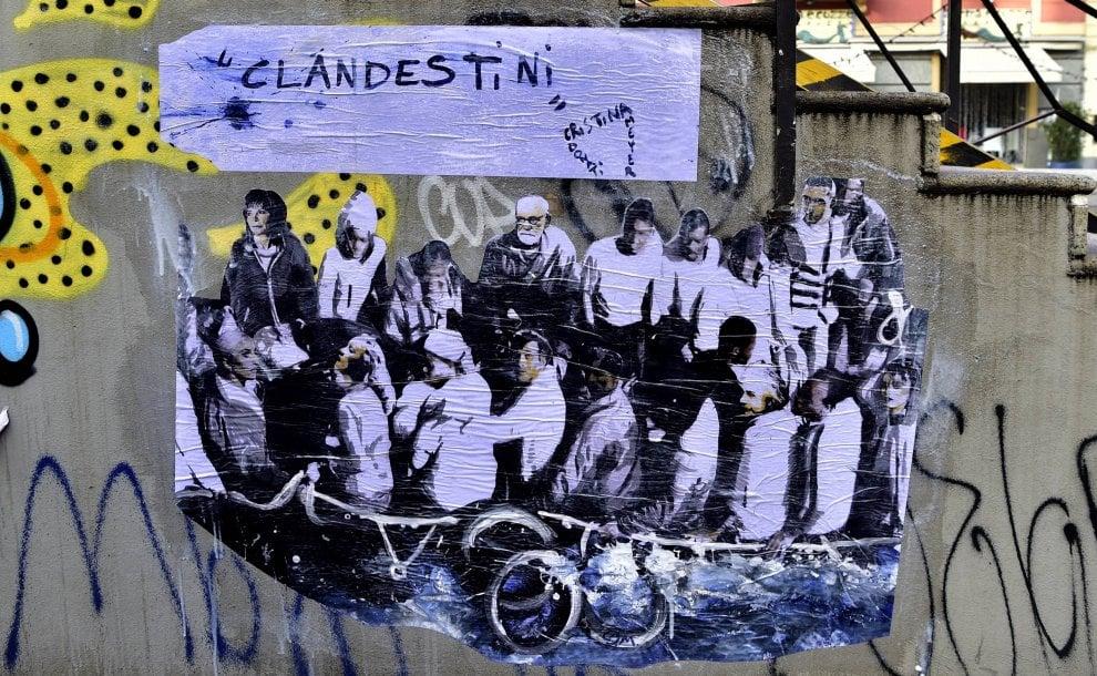"""""""E se tra i 49 migranti bloccati in mare ci fosse un nuovo Einstein?"""": a Milano il murale contro la chiusura dei porti"""