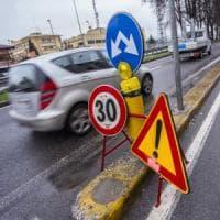 Lecco, niente soldi per le buche nelle strade: la Provincia abbassa i limiti di velocità per motivi di sicurezza