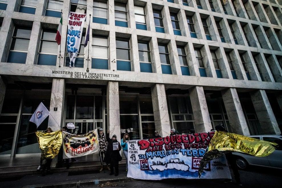 """""""Aprite i porti"""": blitz pro-migranti del centro sociale Cantiere al ministero dei Trasporti di Milano"""