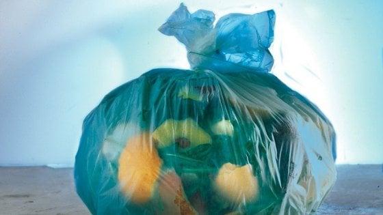 Brescia, lancia spazzatura dall'auto in corsa: rintracciato grazie alla ricevuta della ricarica telefonica