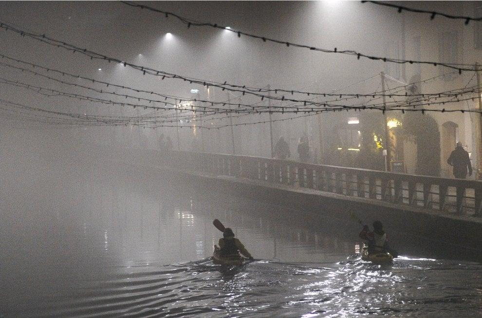 """La """"scighera"""" avvolge Milano: la coltre di nebbia riporta la città agli anni Sessanta"""