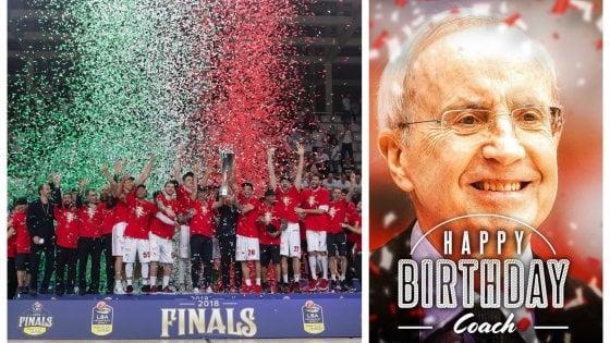 Doppio compleanno in casa Olimpia: la squadra e Dan Peterson festeggiano 83 anni da 'numeri uno'