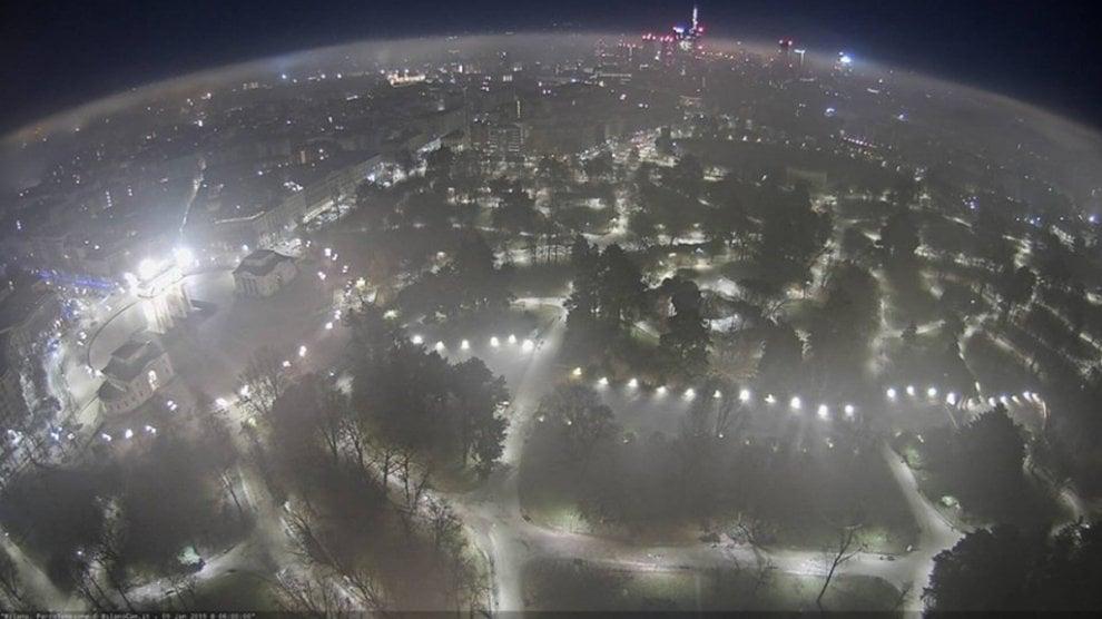 La nebbia avvolge Milano e poi si dissolve: il paesaggio onirico ripreso dalla webcam